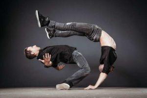 Das internationale Artistentrio TRIDICULOUS – 3DCLS vereint Breakdance mit asiatischer Kampfkunst und Handstand-Equilibristik zu einem mitreißenden Power-Act © H. Rostyslav