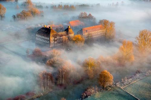 Schloss Oberwerries im Nebel © Luftbild-Blossey.de