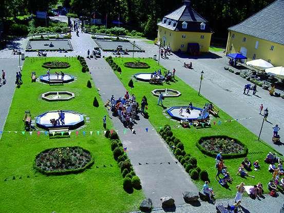 Die Parkanlage im Freizeitpark Schloss Beck lädt mit Trampolinen, Kinderfahrzeugen und einem großen Spielplatz zum Spielen und Toben im freien ein Foto: Schloss Beck