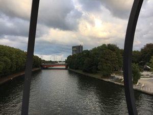 Blick auf den Rhein-Herne-Kanal Höhe Kaisergarten mit dem Gasometer im Hintergrund, in dem jedes Jahr hochkarätige Ausstellungen stattfinden | Veranstaltungen Oberhausen