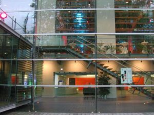 Das Ruhrfestspielhaus Recklinghausen mit von außen beleuchteter Glasfront © VCC Recklinghausen GmbH