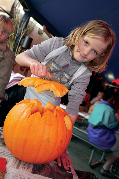 Kuerbisschnitzen - Kinderprogramm zu Halloween im Movie Park Germany Foto: Movie Park Germany/Jessica Demmer