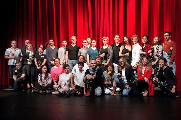 Das Theater Hagen begrüßt seine alten und neuen Mitglieder, darunter der neue Intendant Francis Hüsers (hintere Reihe, 2. v. links), die neue Leiterin des Kinder- und Jugendtheaters Anja Schöne (hintere Reihe, 7. v. rechts) und der neue Ballettdirektor Alfonso Palencia (hintere Reihe, 6. v. rechts). Foto: Klaus Lefebvre