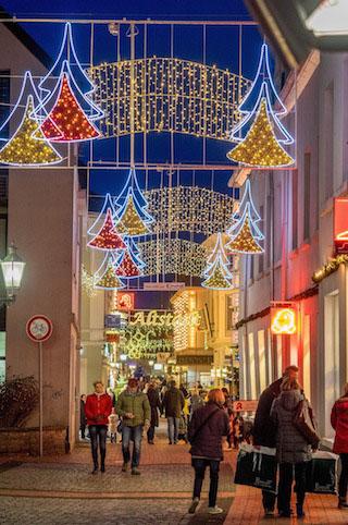 Die Klosterstraße ist während des Moerser Weihnachtsmarkts stimmungsvoll beleuchtet ©MoersMarketingGmbH