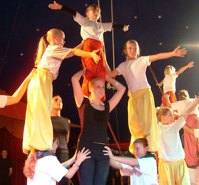 Beim Mach-Mit-Zirkus bauen die jungen Teilnehmer auch ihre akrobatischen Fähigkeiten aus. Foto: Zirkus Sperlich