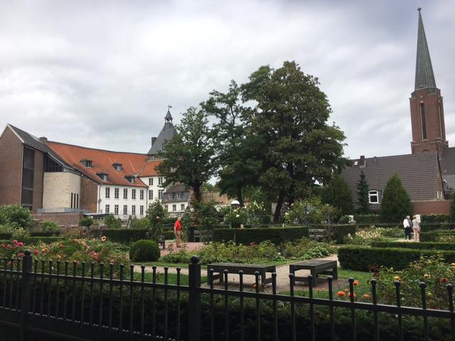 Schlossgarten Moerser Schloss mit Grafschafter Museum im Hintergrund
