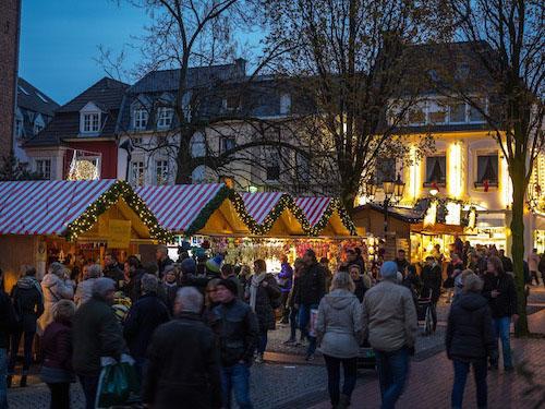 Gemütlich bummeln auf dem Weihnachtsmarkt Moers ©MoersMarketingGmbH