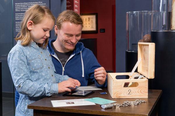 Große und kleine Gäste helfen dem Lehrling Willi beim Lösen von Rätseln © LVR-Zentrum für Medien und Bildung