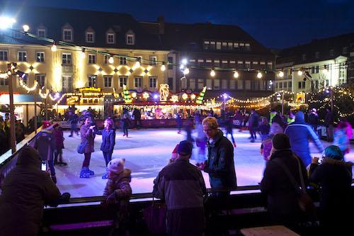 Eisläufer auf der Eisbahn im Weihnachtsmarkt-Dorf 2013 © Foto: Stadt Hamm, Thorsten Hübner