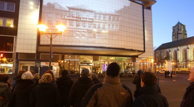 ESSEN.ALTSTADT.ANSICHTEN.-Tourenteilnehmer auf der Viehofer Straße. Foto: Peter Wieler / EMG
