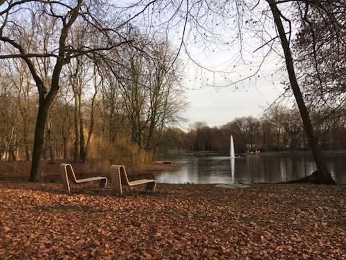 Ruhebänke am Teich laden zum Relaxen im Kaisergarten Oberhausen ein
