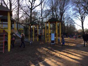 Der Spielplatz am Teich des Kaisergartens ist für Kinder unterschiedlichen Alters geeignet © VIP Ruhrgebiet