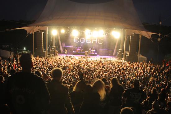 Die Bühne des Rock Hard Festivals in nächtlicher Atmosphäre.