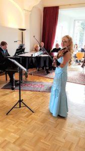 Zsuzsa Debré ist eine begnadete Geigerin. Mit ihrer Kammermusik begeistert Sie das Publikum. ©Kulturhaus Villa Zsuzsa