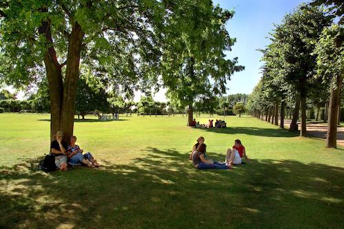 Der Archäologische Park Xanten nicht nur zum Entdecken sondern auch zum Entspannen und Genießen ein Foto: Axel Thuenker DGPh