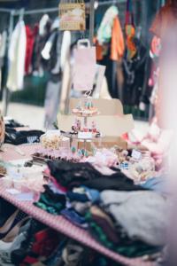 Viele bunte Dinge zu durchstöbern auf dem ©Weiberkram Flohmarkt Foto: ©Weiberkram
