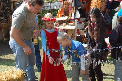 Auch für Kinder bietet ein Mittelaltermarkt allerlei Interessantes und Spannendes - hier auf dem Mittelalterlich Phantasie Spectaculum® in Dortmund © Mittelalterlich Phantasie Spectaculum®