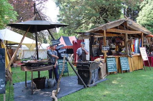Auf dem Mittelaltermarkt preisen Händler und Handwerker ihre Produkte und Dienstleistungen an © Mittelalterlich Phantasie Spectaculum ®