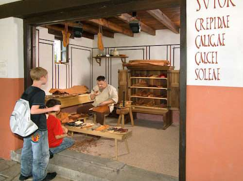 Die Werkstatt des römischen Schusters im LVR-Archäologischen Park Xanten -Römisches Handwerkerfest in Xanten Foto:Foto: Axel Thünker DGPh