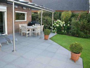 Terrassenplatten aus Granit Kristall anthrazit ohne Einfassung gelegt. Schlichte und gute Gestaltung. © BioTopic Natursteine