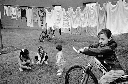 Geflüchtete Kinder im Hof einer Flüchtlingsunterkunft in Herne. 2015. Foto: LWL/Kraemer