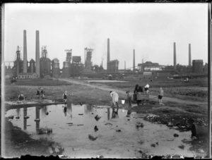 Vor der Westfalenhütte, Dortmund, 1928-1933 Erich Grisar fotografierte unter anderem das alltägliche Leben im Ruhrgebiet. Foto: Erich Grisar/Stadtarchiv Dortmund