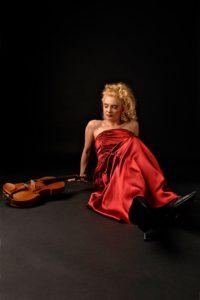 Die temperamentvolle Geigerin Zsuzsa Debre lebt für die Musik © Zsuzsa Debre Foto: Volker Beushausen