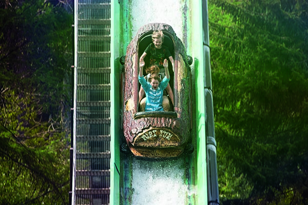 Die rasante Wildwasserbahn Wild River sorgt im Freizeitpark Fort Fun für Spaß bei Groß und Klein © Fort Fun GmbH