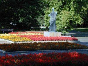 Neben kunstvoll arrangierten Blumenbeeten ziehen auch die Skulpturen, die man überall im Grugapark findet, die Blicke der Parkbesucher auf sich. Foto © Grugapark Essen