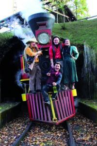 Nicht nur rasante Fahrgeschäfte, sondern auch brisante Shows stehen in diesem Freizeitpark NRW auf dem Tagesprogramm Foto Zugshow © Fort Fun GmbH