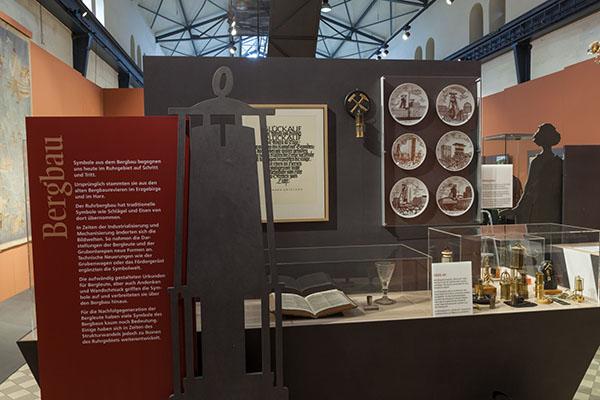 """Blick in die Ausstellung """"Revierfolklore"""" in der Maschinenhalle der Zeche Hannover. Foto: LWL/HoltappelsAusstellung"""