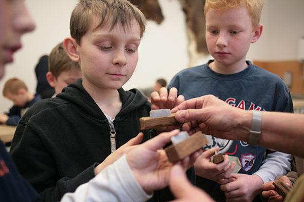 Auch in den Herbstferien NRW bietet das Neanderthal Museum in Mettmann wieder ein spannendes Ferienprogramm für Kinder rund um Steinzeitmesser und Co. Foto: Neanderthal Museum