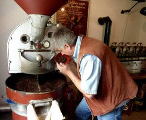 Der Röster prüft den Röstgrad der Kaffeebohnen. Foto: LWL
