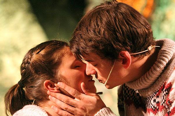 """Szenenbild """"Die Schneekönigin - Das Musical - Kai und Gerda - Der Kuss"""" Foto © C. Speer, Bella Donna Production"""