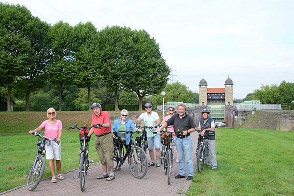 Tag des offenen Denkmals Herbert Niewerth (2.v.r.) begleitet die Radtour zum Schloss Strünkede. Foto: LWL/Hudemann