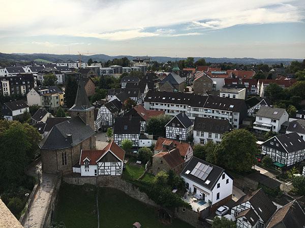 Vom Torturm der Burg Blankenstein kann man den gleichnamigen Hattinger Stadtteil mit seinen pittoresken Fachwerkhäusern überblicken © VIP Ruhrgebiet
