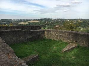 Mauerreste zeugen von heute von der damals wichtigen Burg im Ruhrgebiet © VIP Ruhrgebiet